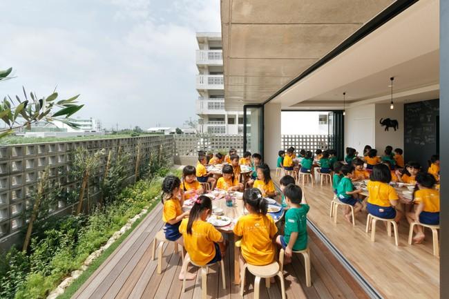Có một trường mẫu giáo đầy ánh sáng, ngay cả lúc ăn trẻ cũng được đón gió trời - Ảnh 13.