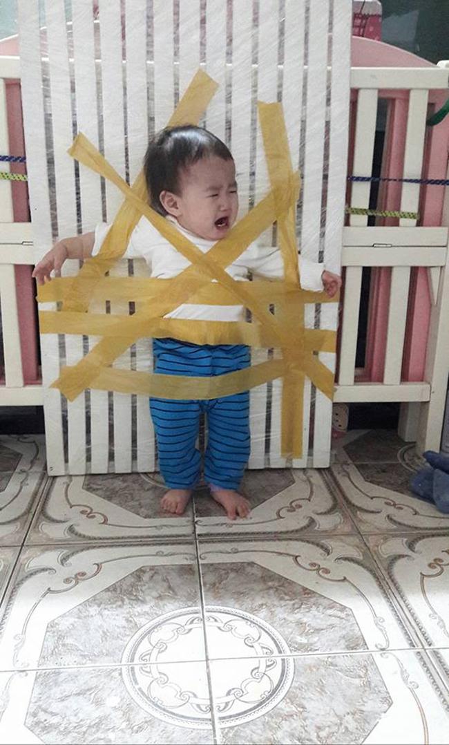 Bà mẹ bị lên án khi phạt con bằng cách... dính vào tường lên tiếng: Vợ chồng mình chỉ đùa thôi! - Ảnh 4.