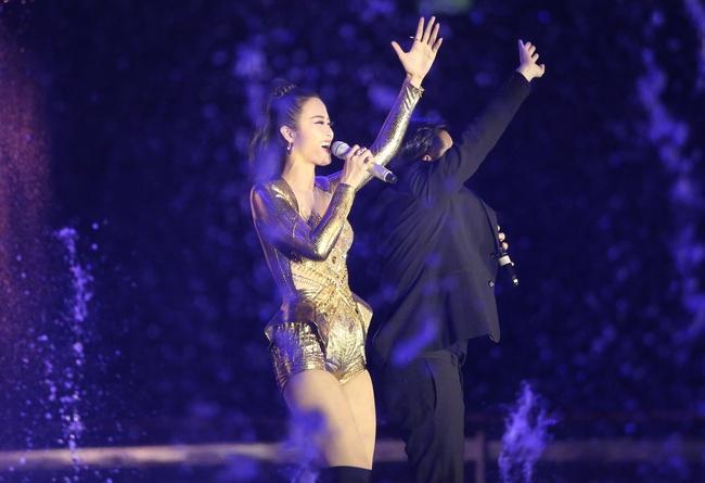 Đông Nhi khiến fan phát cuồng khi tình tứ hát cùng Ông Cao Thắng - Ảnh 2.