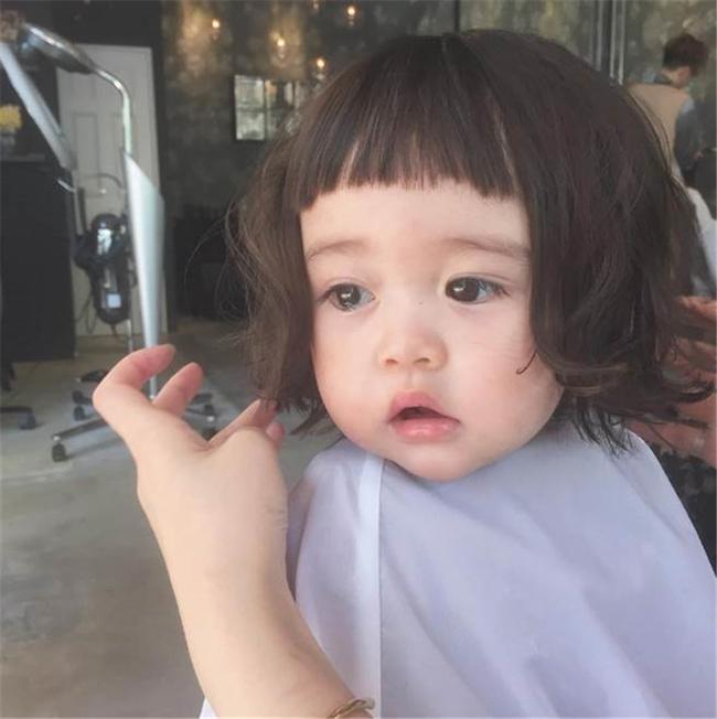 Những cách tạo kiểu với tóc ngắn đáng yêu đến lịm người cho bé gái - Ảnh 1.