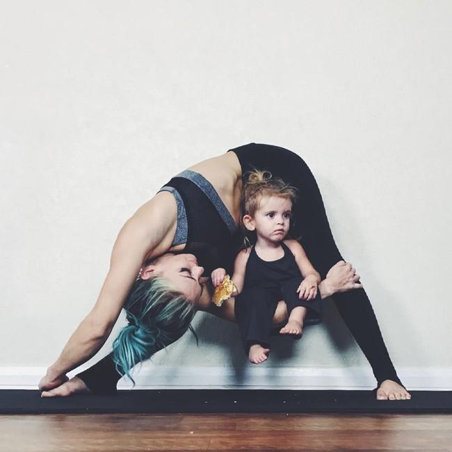 Ngẩn ngơ ngắm bộ ảnh 3 mẹ con cùng tập yoga đang gây bão Instagram - Ảnh 18.