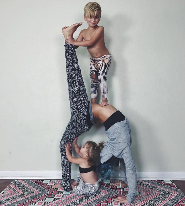 Ngẩn ngơ ngắm bộ ảnh 3 mẹ con cùng tập yoga đang gây bão Instagram - Ảnh 17.