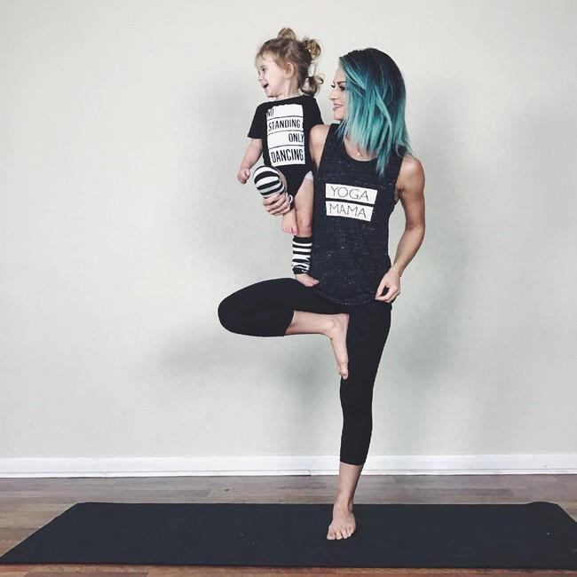 Ngẩn ngơ ngắm bộ ảnh 3 mẹ con cùng tập yoga đang gây bão Instagram - Ảnh 4.