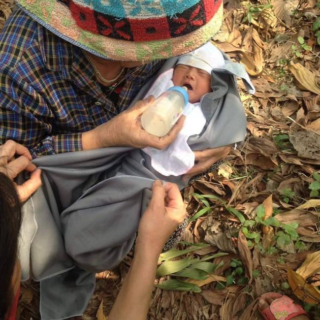 Thái Nguyên: Bé trai sơ sinh còn nguyên cuống rốn bị bỏ rơi ở bụi tre - Ảnh 2.