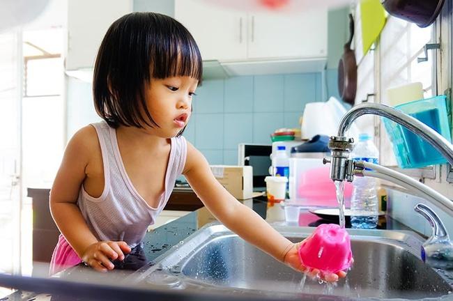 Để trẻ làm việc nhà ngay từ bé là bố mẹ đang nuôi dạy con thành người tự chủ - Ảnh 2.