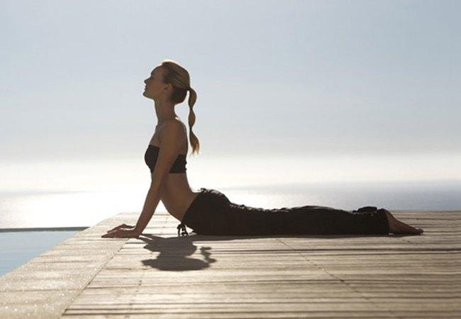 5 cách tự nhiên giúp chữa các vấn đề về đau lưng thông qua tắm rửa, massage và yoga - Ảnh 2.