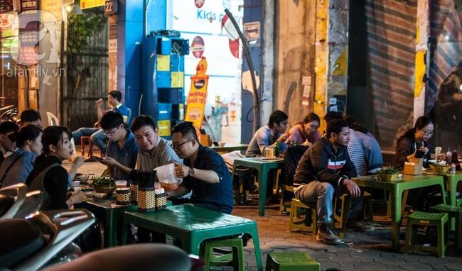 Cuối tuần dạo quanh phố đi bộ, đừng quên ghé hàng bún vỉa hè Hà Nội 20 năm tuổi - Ảnh 1.