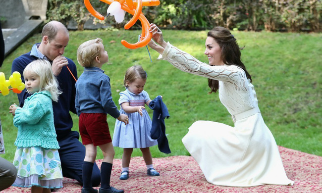 Bất ngờ trước cách dạy con của cặp đôi Hoàng gia William và Kate Middleton - Ảnh 2.