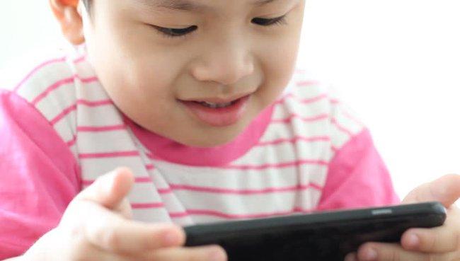 Gục đầu xem điện thoại hàng tiếng đồng hồ, nhiều người không biết đang tự gây nguy hiểm khó lường cho mình - Ảnh 2.