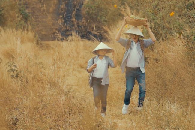 Bà xã Hoàng Bách bất ngờ xuất hiện xinh đẹp trong MV của chồng - Ảnh 3.