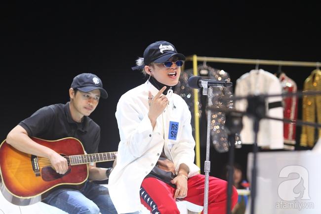Sơn Tùng M-TP gọi điện tâm sự cùng mẹ trước hàng trăm fan - Ảnh 1.
