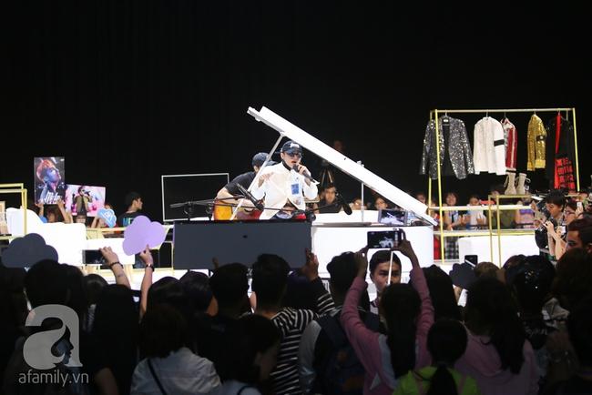 Sơn Tùng M-TP gọi điện tâm sự cùng mẹ trước hàng trăm fan - Ảnh 2.