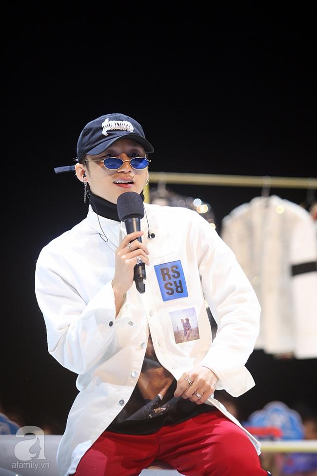 Sơn Tùng M-TP gọi điện tâm sự cùng mẹ trước hàng trăm fan - Ảnh 3.