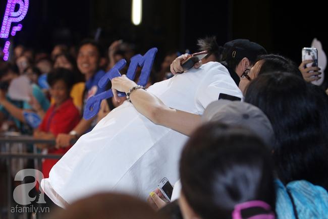 Sơn Tùng M-TP gọi điện tâm sự cùng mẹ trước hàng trăm fan - Ảnh 11.