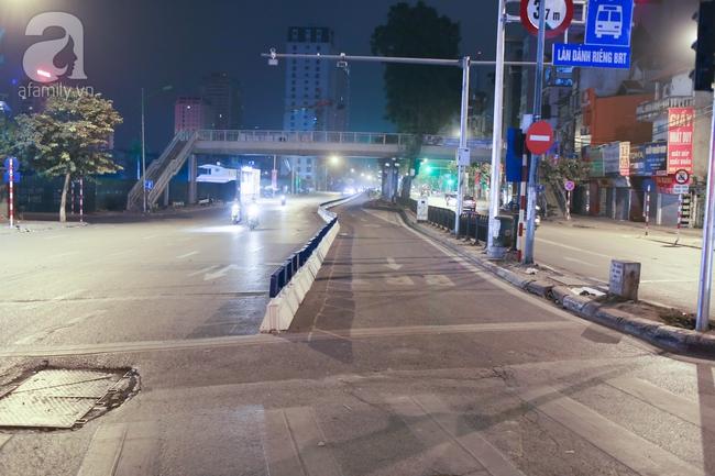 Trong đêm, Hà Nội lắp xong giải đoạn phân cách ngăn làn đường riêng cho xe bus nhanh BRT - Ảnh 5.