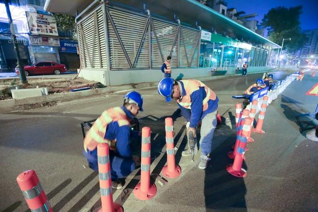 Trong đêm, Hà Nội lắp xong giải đoạn phân cách ngăn làn đường riêng cho xe bus nhanh BRT - Ảnh 3.