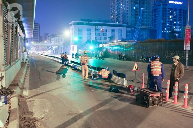 Trong đêm, Hà Nội lắp xong giải đoạn phân cách ngăn làn đường riêng cho xe bus nhanh BRT - Ảnh 2.