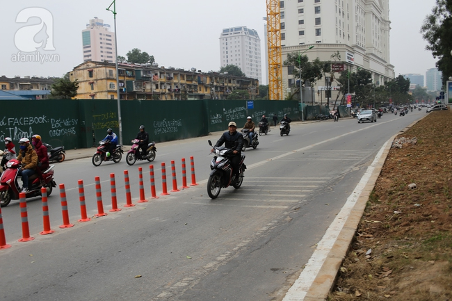 Trong đêm, Hà Nội lắp xong giải đoạn phân cách ngăn làn đường riêng cho xe bus nhanh BRT - Ảnh 8.
