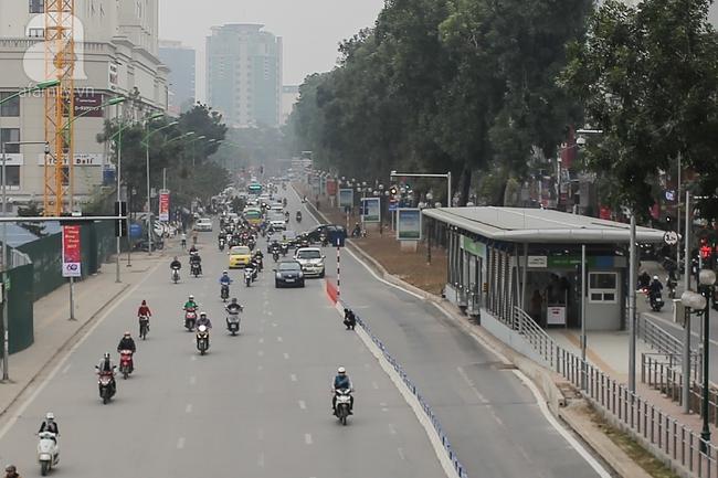 Trong đêm, Hà Nội lắp xong giải đoạn phân cách ngăn làn đường riêng cho xe bus nhanh BRT - Ảnh 6.