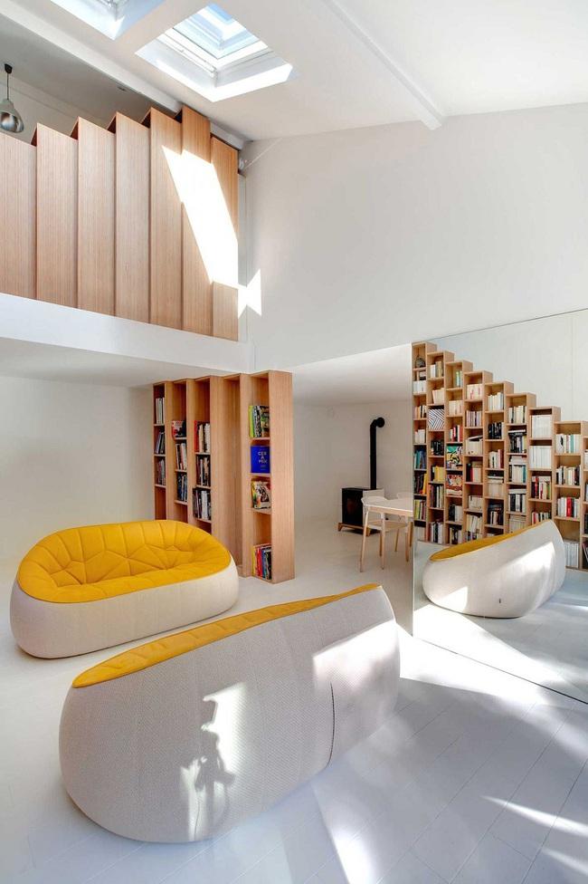 Thiết kế nhà này sẽ cho bạn thấy khi kệ sách kết hợp thành cầu thang, tường ngăn cách sẽ đẹp mắt đến khó tin - Ảnh 1.