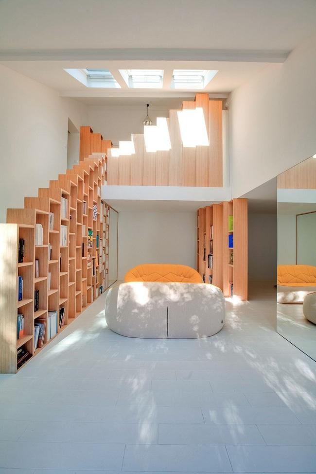 Thiết kế nhà này sẽ cho bạn thấy khi kệ sách kết hợp thành cầu thang, tường ngăn cách sẽ đẹp mắt đến khó tin - Ảnh 2.