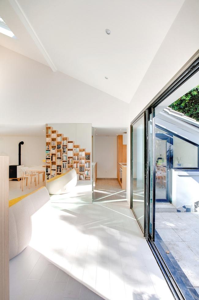 Thiết kế nhà này sẽ cho bạn thấy khi kệ sách kết hợp thành cầu thang, tường ngăn cách sẽ đẹp mắt đến khó tin - Ảnh 5.