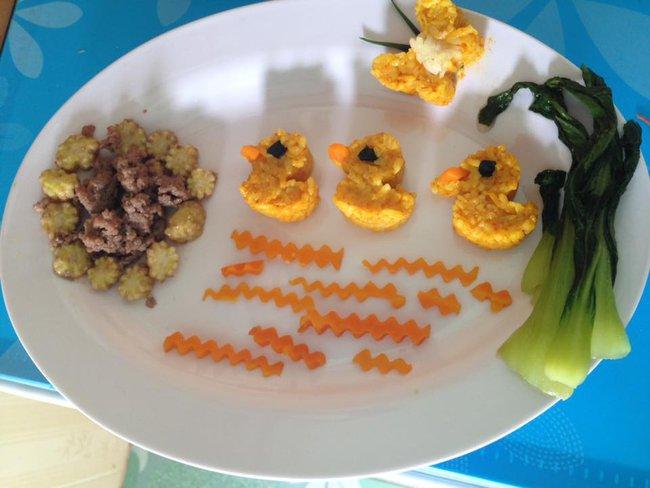 Học lỏm mẹ Việt cách trang trí món ăn dặm cho con đầy màu sắc - Ảnh 2.