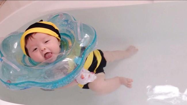 Cho con học bơi từ 2 tháng tuổi như ông chủ Facebook mang lại những lợi ích gì? - Ảnh 2.