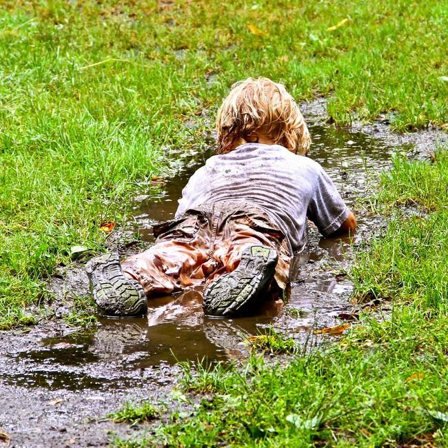 Cuối tuần sẽ không bao giờ nhàm chán nếu cho trẻ trải nghiệm những trò chơi ngoài trời thú vị này - Ảnh 1.