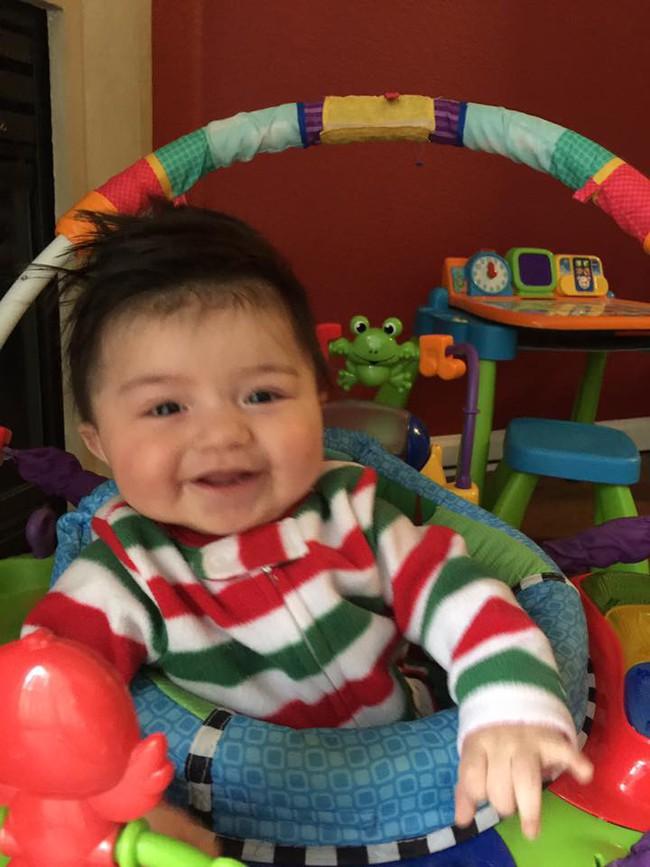 Mới 7 tháng tuổi cậu bé này đã sở hữu mái tóc dài như ngôi sao nhạc rock - Ảnh 3.