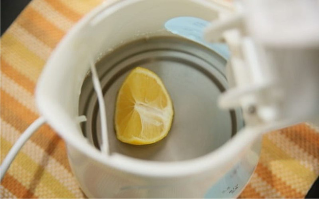 4 cách làm sạch vết cáu bẩn trong ấm đun nước siêu nhanh nhưng không phải ai cũng biết - Ảnh 4.