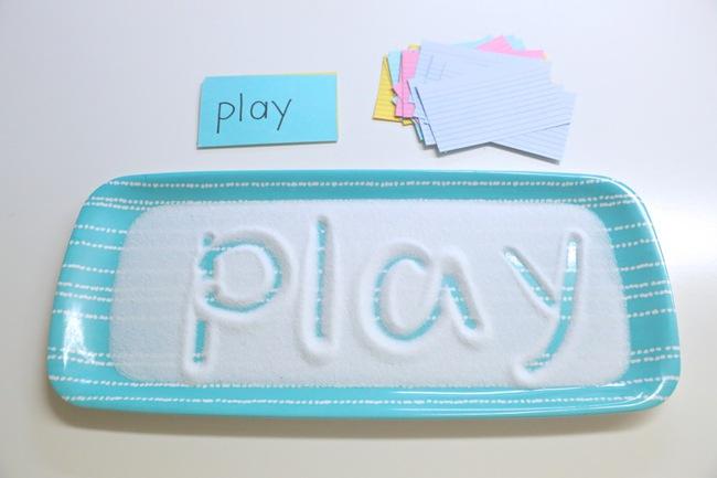 """""""Khay muối học chữ"""" giúp con tự học chữ nhanh mà bố mẹ vẫn nhàn tênh - Ảnh 3."""