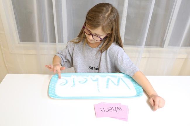"""""""Khay muối học chữ"""" giúp con tự học chữ nhanh mà bố mẹ vẫn nhàn tênh - Ảnh 4."""