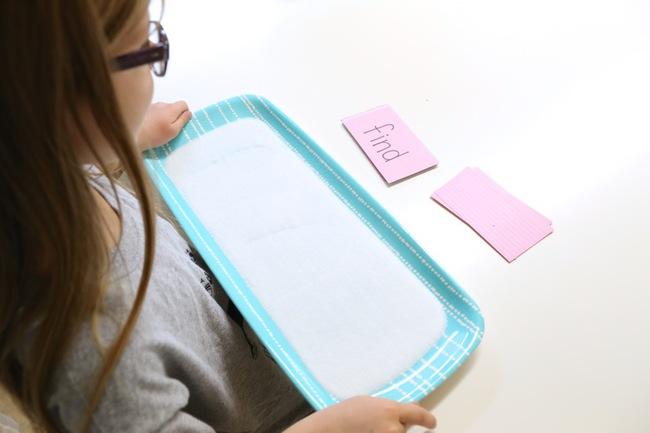 """""""Khay muối học chữ"""" giúp con tự học chữ nhanh mà bố mẹ vẫn nhàn tênh - Ảnh 5."""
