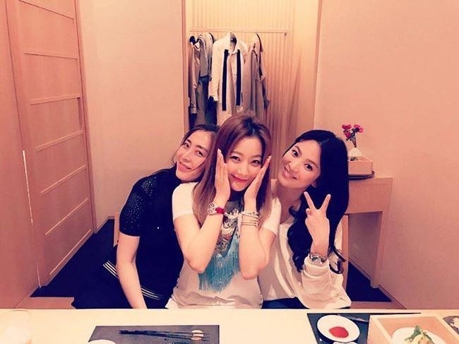 Song Hye Kyo nhí nhảnh khi được hội ngộ đàn chị Kim Hee Sun và Song Yoon Ah - Ảnh 1.