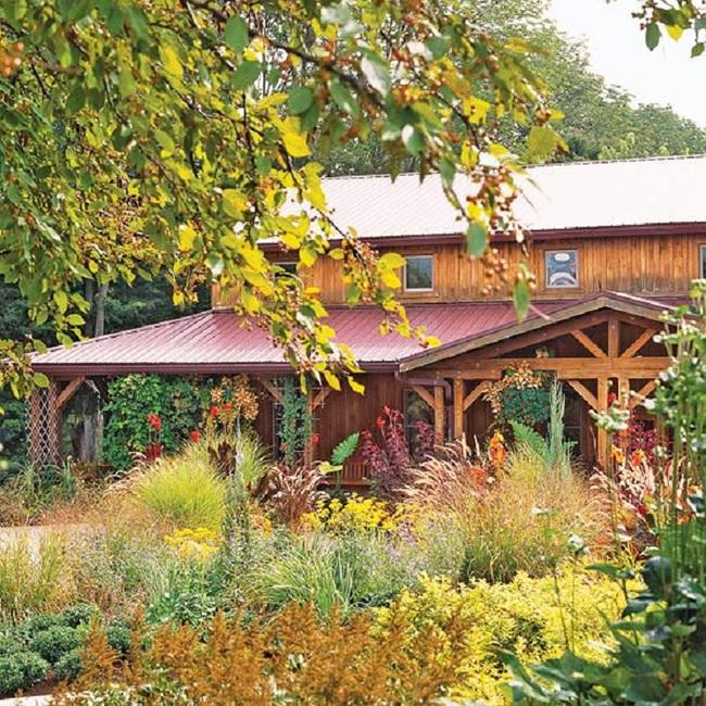 Mách bạn cách trang trí khu vườn trước nhà xinh và ngọt ngào như trong các bộ phim truyền hình lãng mạn - Ảnh 1.