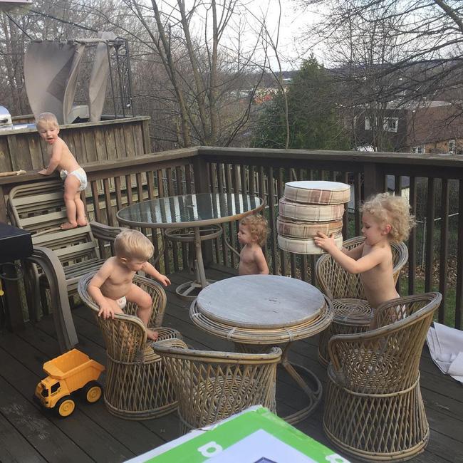 Thán phục bà mẹ siêu nhân tay nhanh thoăn thoắt chăm 1 cặp sinh ba và nhóc lớn 3 tuổi - Ảnh 2.
