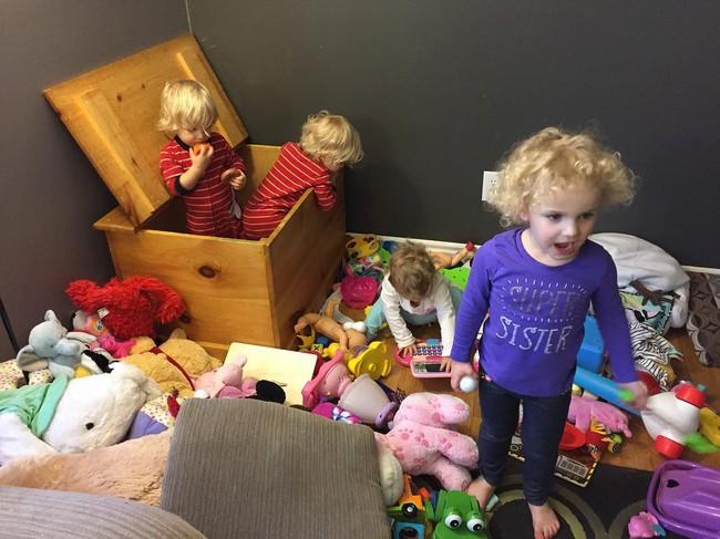 Thán phục bà mẹ siêu nhân tay nhanh thoăn thoắt chăm 1 cặp sinh ba và nhóc lớn 3 tuổi - Ảnh 3.