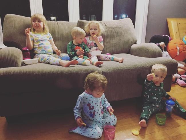Thán phục bà mẹ siêu nhân tay nhanh thoăn thoắt chăm 1 cặp sinh ba và nhóc lớn 3 tuổi - Ảnh 9.