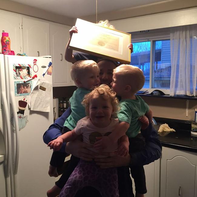 Thán phục bà mẹ siêu nhân tay nhanh thoăn thoắt chăm 1 cặp sinh ba và nhóc lớn 3 tuổi - Ảnh 10.