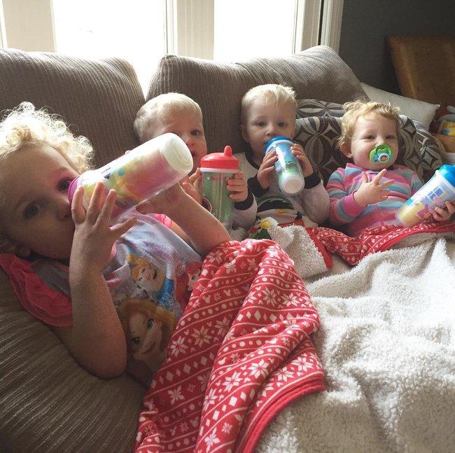 Thán phục bà mẹ siêu nhân tay nhanh thoăn thoắt chăm 1 cặp sinh ba và nhóc lớn 3 tuổi - Ảnh 11.