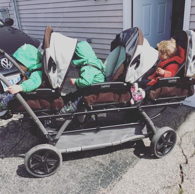 Thán phục bà mẹ siêu nhân tay nhanh thoăn thoắt chăm 1 cặp sinh ba và nhóc lớn 3 tuổi - Ảnh 12.