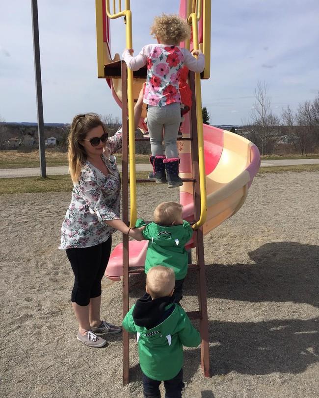 Thán phục bà mẹ siêu nhân tay nhanh thoăn thoắt chăm 1 cặp sinh ba và nhóc lớn 3 tuổi - Ảnh 13.