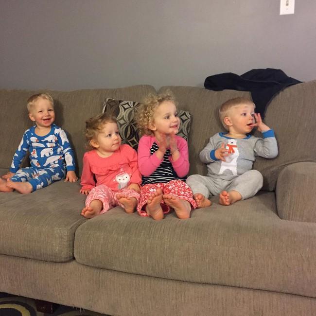 Thán phục bà mẹ siêu nhân tay nhanh thoăn thoắt chăm 1 cặp sinh ba và nhóc lớn 3 tuổi - Ảnh 14.