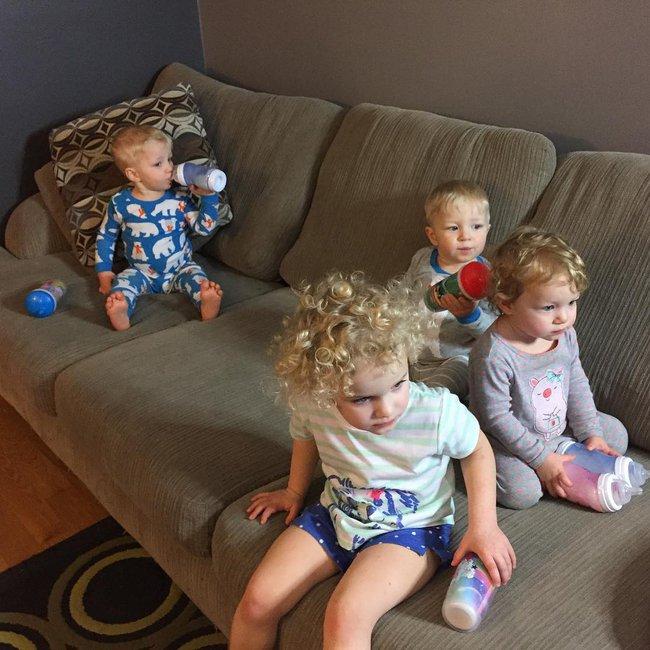 Thán phục bà mẹ siêu nhân tay nhanh thoăn thoắt chăm 1 cặp sinh ba và nhóc lớn 3 tuổi - Ảnh 15.