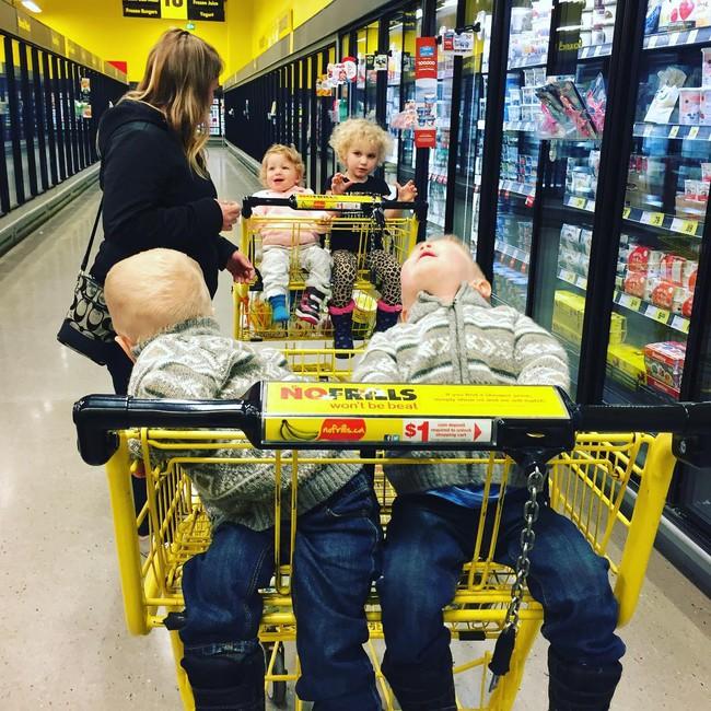 Thán phục bà mẹ siêu nhân tay nhanh thoăn thoắt chăm 1 cặp sinh ba và nhóc lớn 3 tuổi - Ảnh 16.