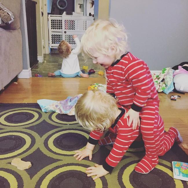 Thán phục bà mẹ siêu nhân tay nhanh thoăn thoắt chăm 1 cặp sinh ba và nhóc lớn 3 tuổi - Ảnh 19.