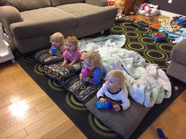 Thán phục bà mẹ siêu nhân tay nhanh thoăn thoắt chăm 1 cặp sinh ba và nhóc lớn 3 tuổi - Ảnh 21.