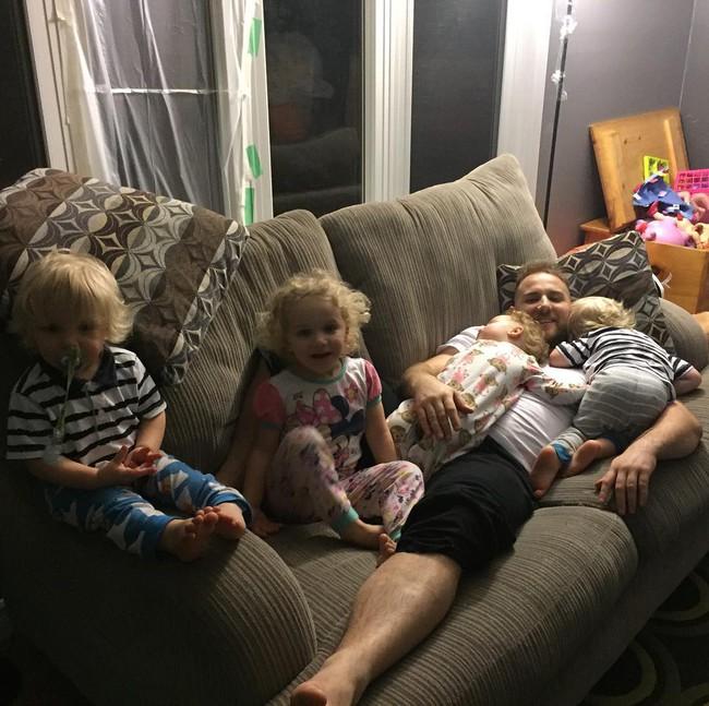 Thán phục bà mẹ siêu nhân tay nhanh thoăn thoắt chăm 1 cặp sinh ba và nhóc lớn 3 tuổi - Ảnh 22.