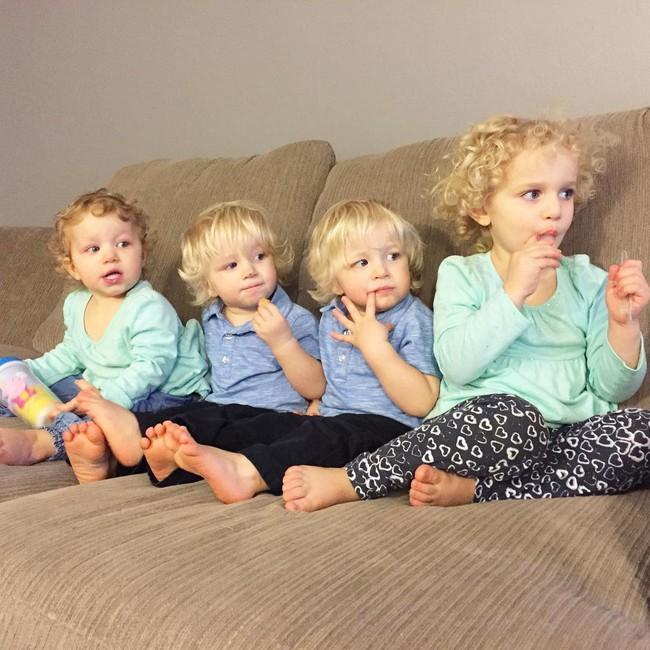Thán phục bà mẹ siêu nhân tay nhanh thoăn thoắt chăm 1 cặp sinh ba và nhóc lớn 3 tuổi - Ảnh 23.